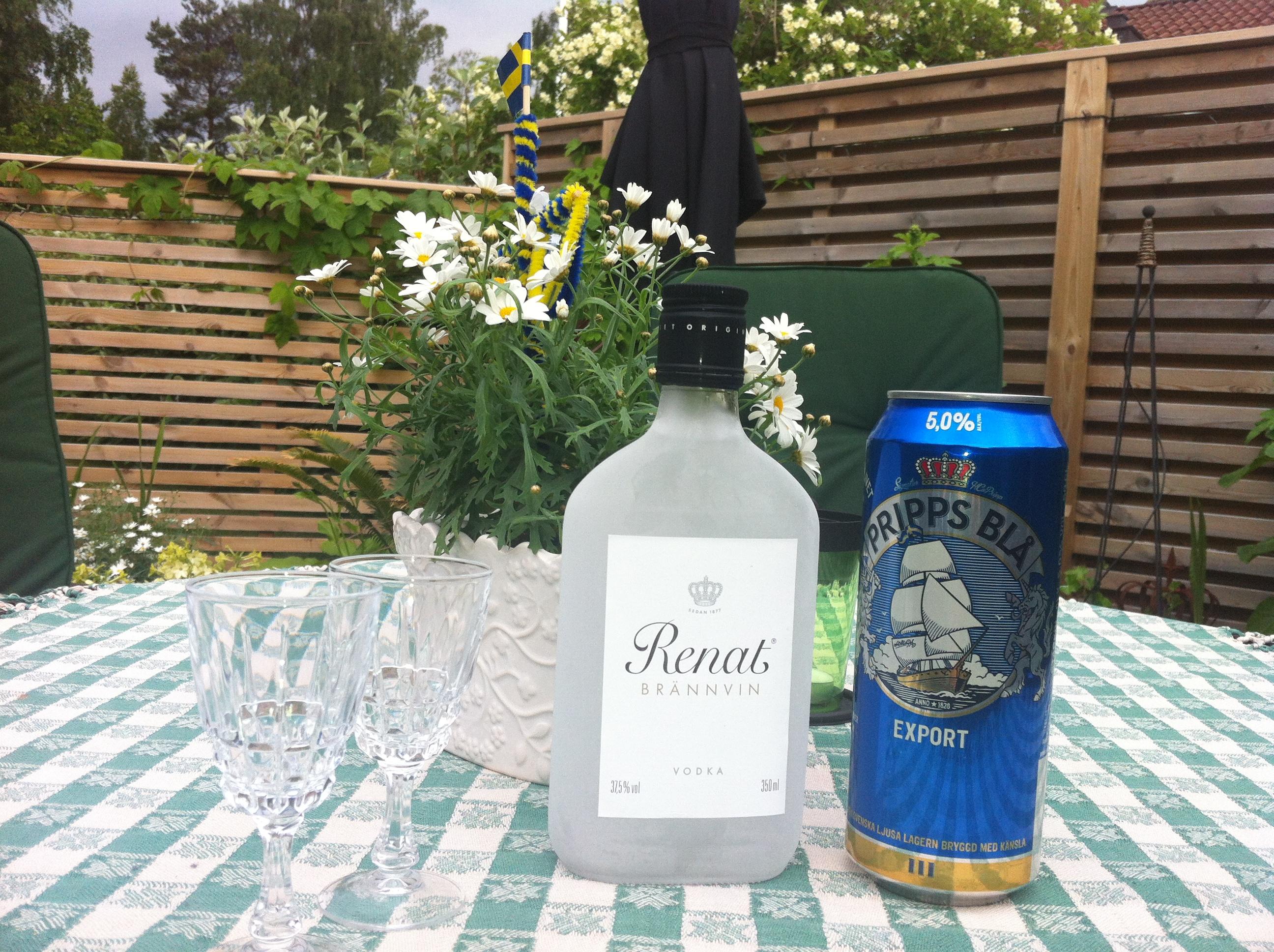 En svensk tradition på Midsommar - nubbe och svensk öl